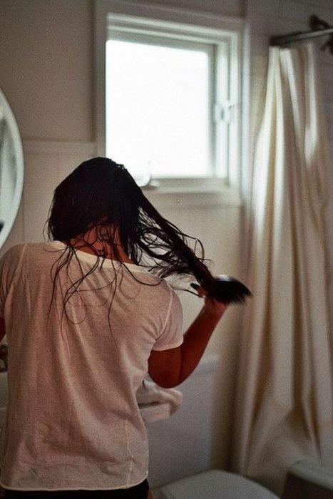 Mujer cepillándose el cabello mojado