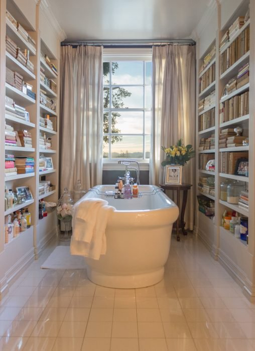 bañera con estanterías de libros
