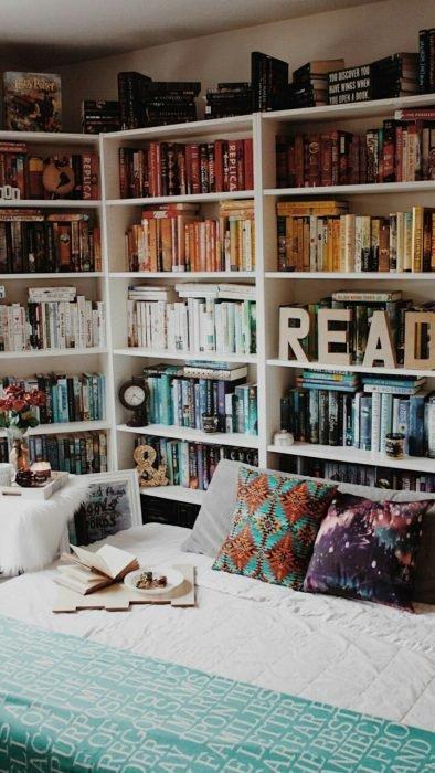 estantería de libros en la cabecera de una cama