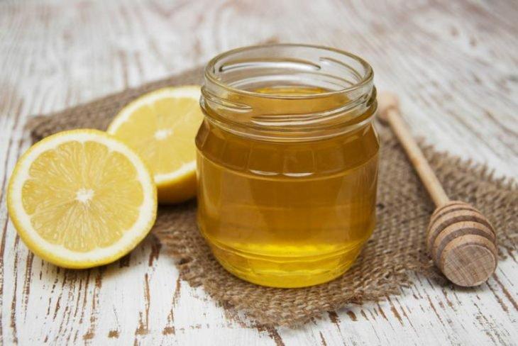frasco relleno de miel de abeja