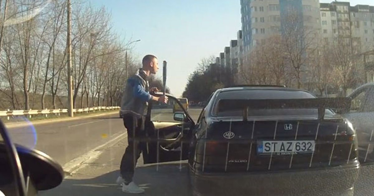 road rage.jpg?resize=412,232 - Angry Driver Got Out Of His Car With A Baseball Bat To Teach Driver A Lesson, Regretted It Instantly