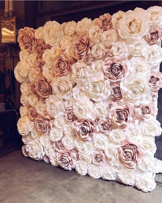 pared de flores blancas y rosas