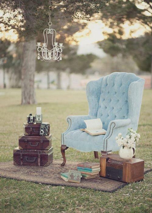 asiento azul maletas y flores vintage