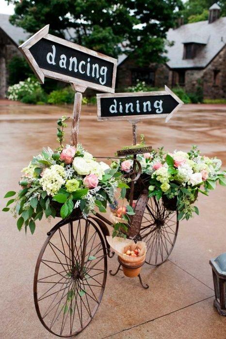 bicicleta de fierro con flores y flechas