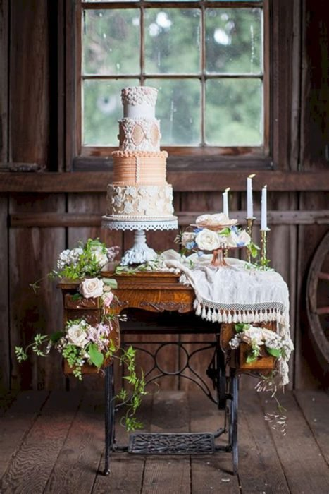 pastel sobre mesa de coser antigua