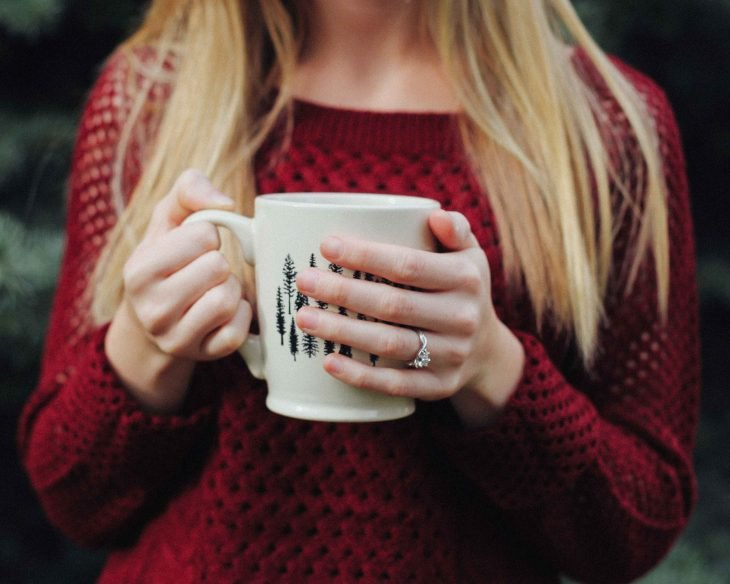 tomar cafe caliente