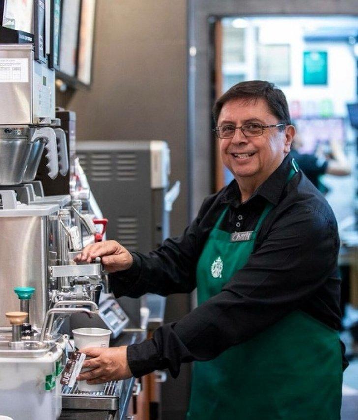 Este Starbucks enMéxico eselprimero enemplear solo adultos mayores yesunexcelente paso hacia lainclusión delatercera edad