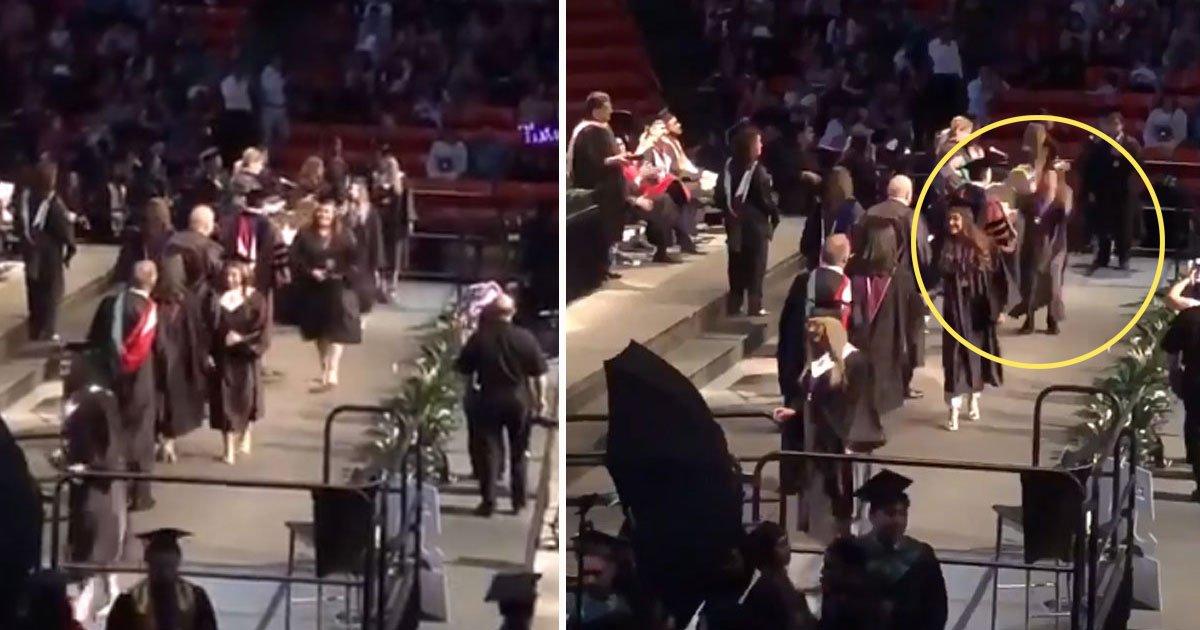 student bakcflip fail.jpg?resize=412,232 - Un étudiant a fait rire tout le monde après avoir essayé un backflip lors de sa cérémonie de remise des diplômes