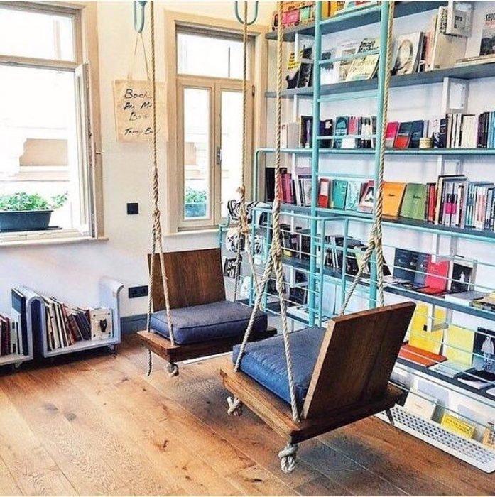 sillones de columpio en biblioteca privada