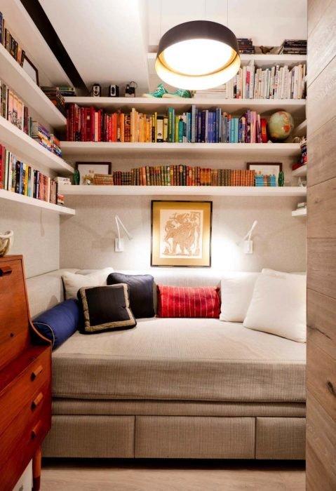 librero en espacio de closet