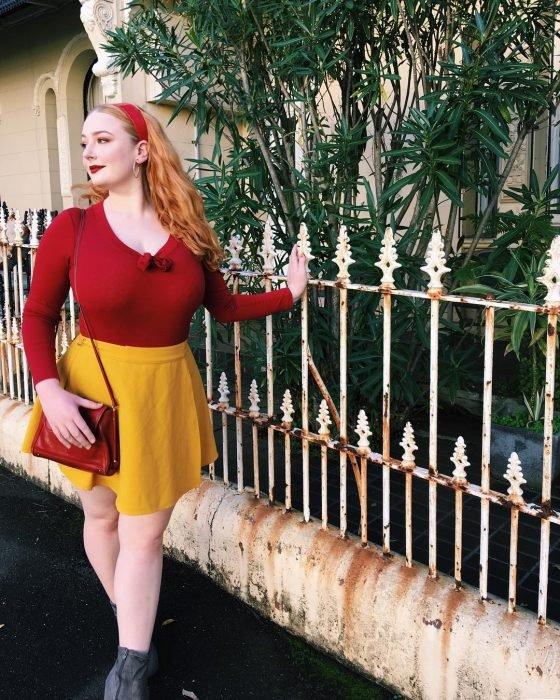 Chica con blusa roja y falda amarilla