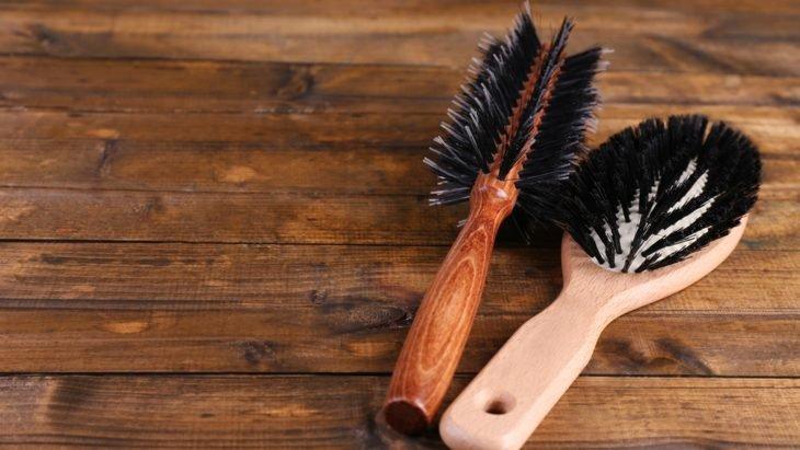 Par de cepillos sobre superficie de madera