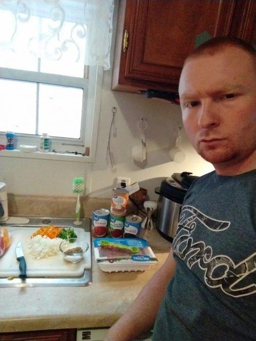 Esposo le manda fotos a su mujer haciendo el quehacer, hombre haciendo la comida