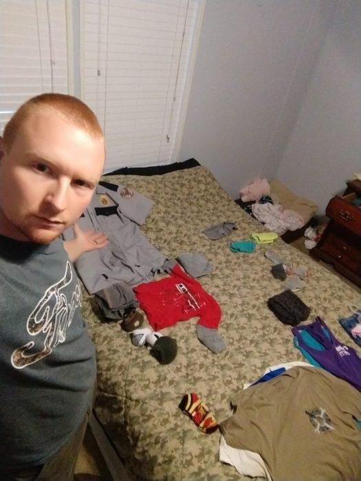 Esposo le manda fotos a su mujer haciendo el quehacer, hombre doblando la ropa