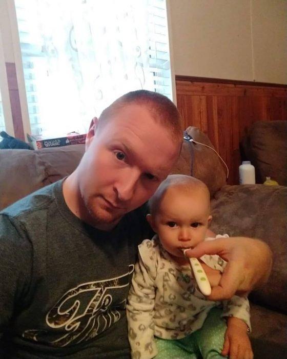 Esposo le manda fotos a su mujer haciendo el quehacer, hombre dándole de comer al bebé