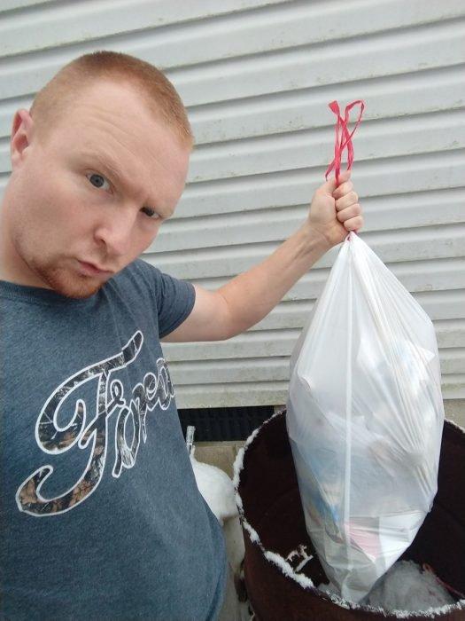 Esposo le manda fotos a su mujer haciendo el quehacer, hombre sacando la basura