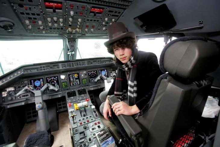 chico dentro de un avión