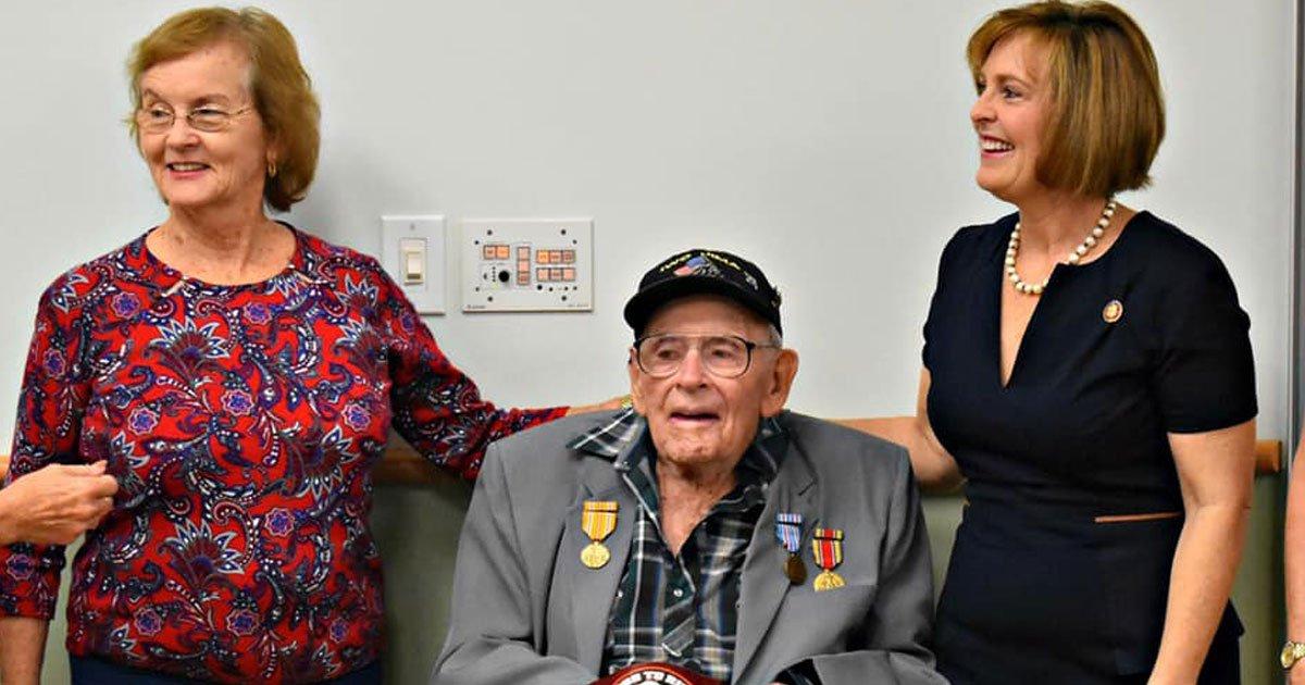veteran medals after 60 years.jpg?resize=188,125 - Un vétéran de la Seconde Guerre mondiale, âgé de 93 ans, a reçu une médaille après soixante ans