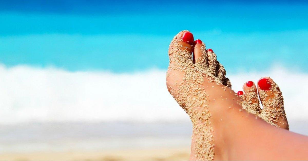 y1 19.png?resize=300,169 - Voici quelques trucs pour enlever le sable de vos orteils en une minute