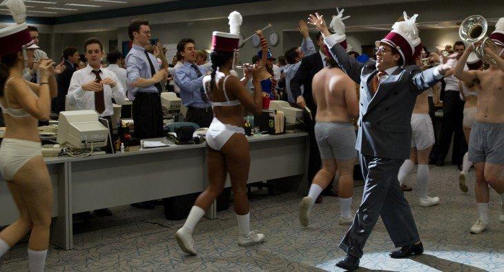 escena de la película THE WOLF OF WALL STREET donde se divierten en el trabajo