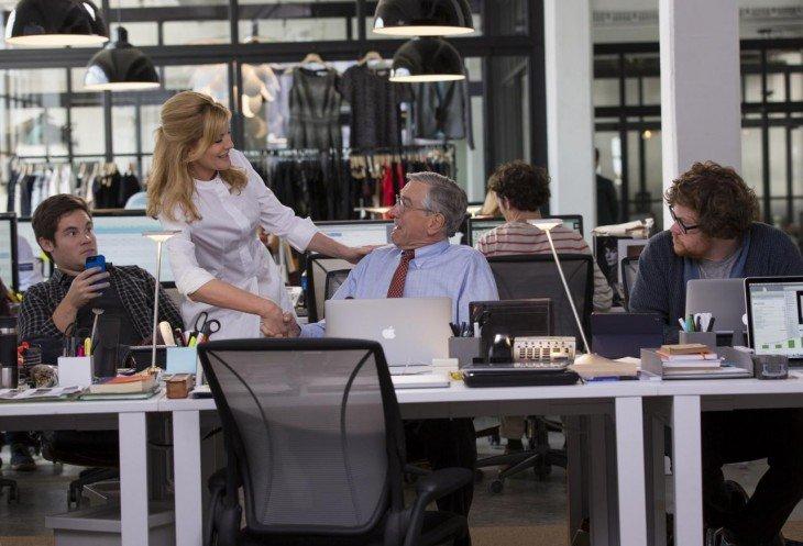 Fotografía donde un jefe le da la mano a su empleada