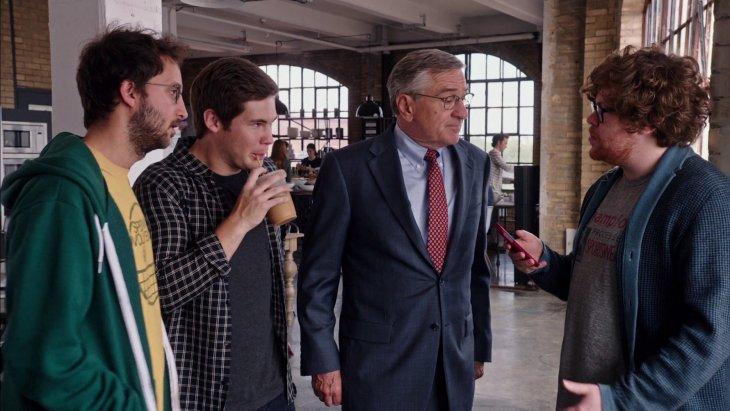 Imagen de una película donde un jefe platica con sus empleados