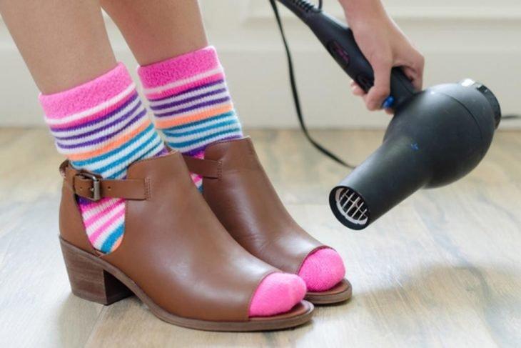zapatos apretados cuero calcetas secadora