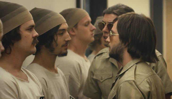 tres chicos con medias en la cabeza frente a dos chicos con lentes oscuros