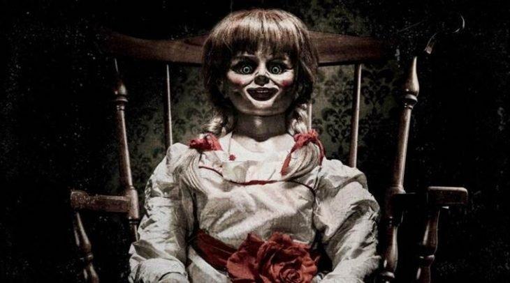 muñeca diabolica sentada