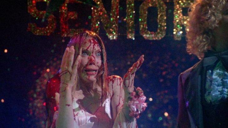 mujer con vestido rojo bañada en sangre