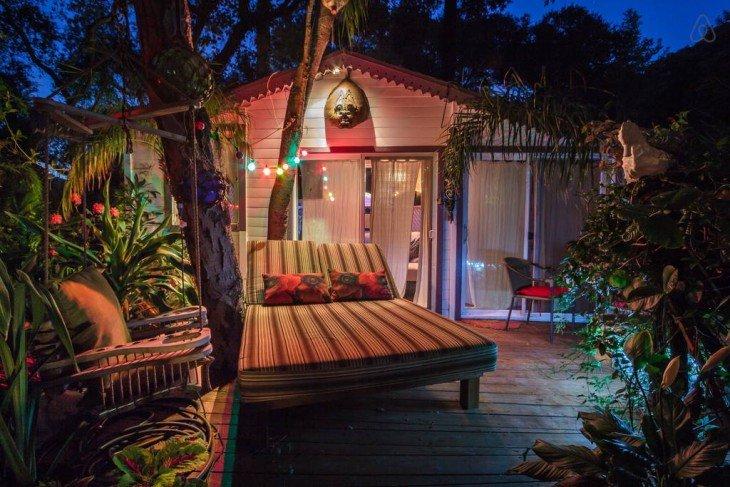 exterior de la casa de huéspedes tropical en Topanga Cayon, California