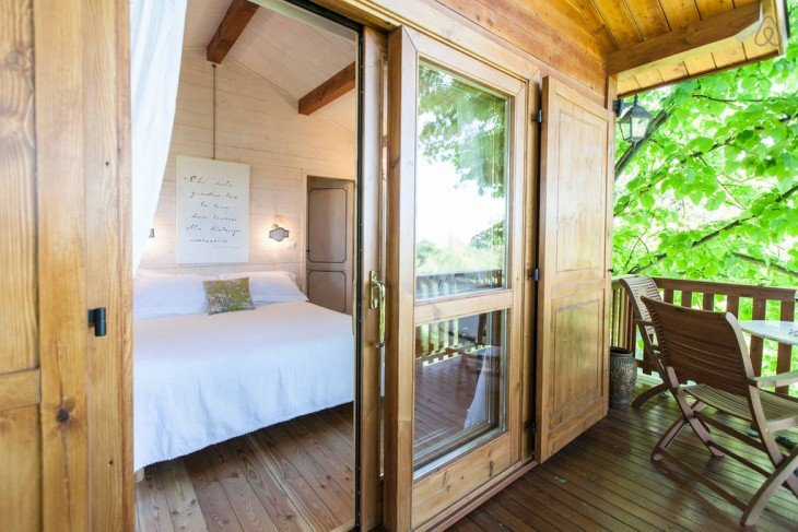 interior de la casa del árbol en Italia