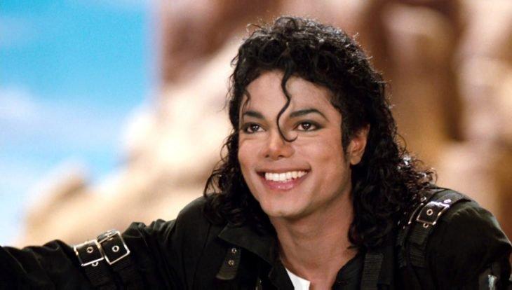 Michael Jackson sonríe