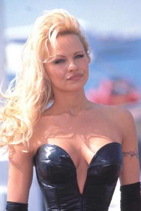 Pamela Anderson con blusa negra