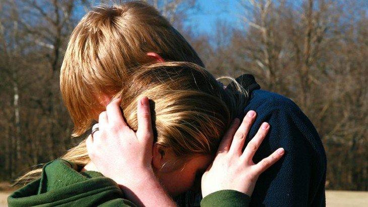 Pareja de novios abrazados