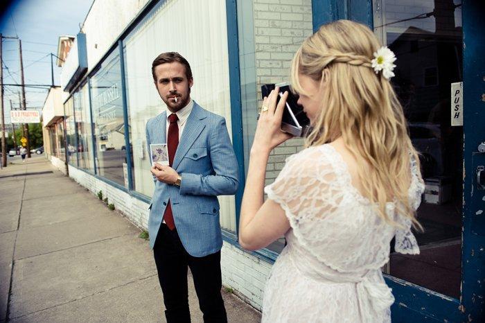 Chica tomando una foto a su novio
