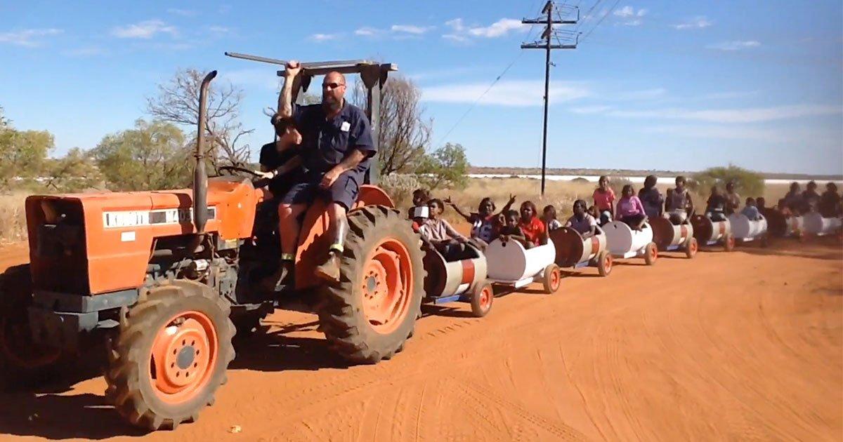 a community in pilbara built barrel train to encourage kids to attend school.jpg?resize=412,232 - Une petite communauté Australienne a construit un petit train pour encourager les enfants à se rendre à l'école
