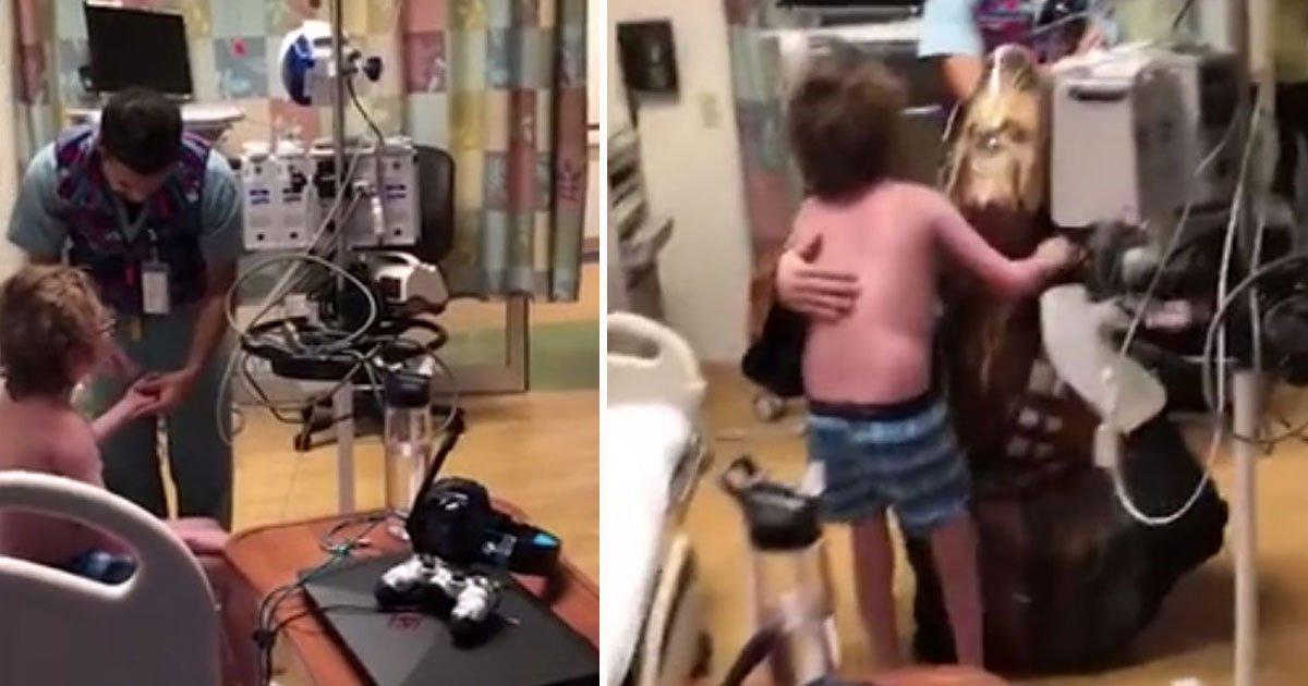 boy new heart.jpg?resize=412,232 - Un docteur se déguise en Chewbacca pour dire à un garçon qu'il va recevoir un nouveau cœur