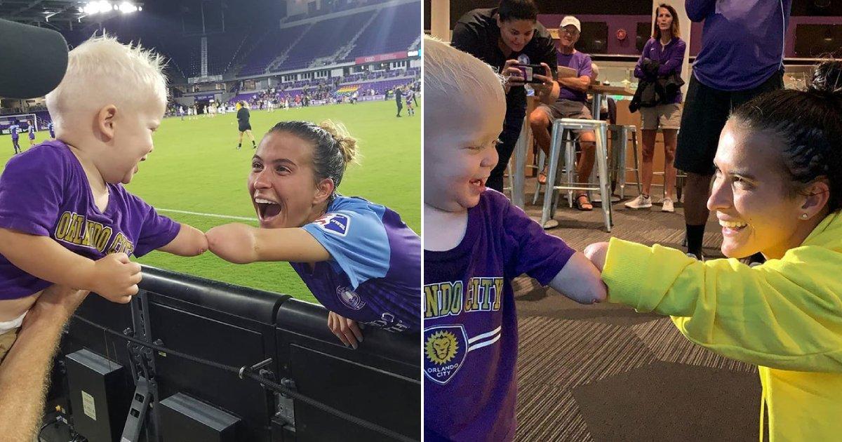 bump.png?resize=1200,630 - Un enfant de deux ans né sans avant-bras a rencontré une joueuse de football qui se trouve dans le même cas de que lui et leur rencontre est magique