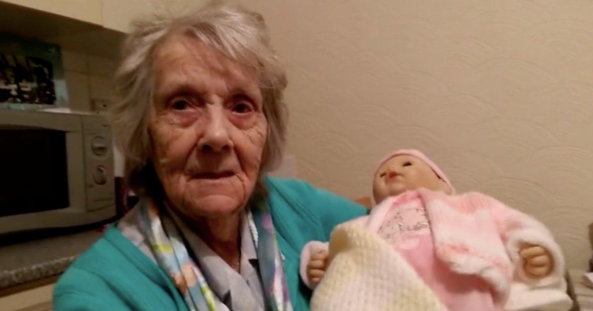 d2 22.png?resize=412,232 - Une grand-mère qui lutte contre la démence reçoit le meilleur cadeau de Noël de la part de sa petite-fille