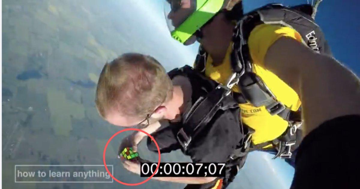 d5 21.png?resize=412,232 - Un parachutiste talentueux résout un Rubik's Cube en chute libre