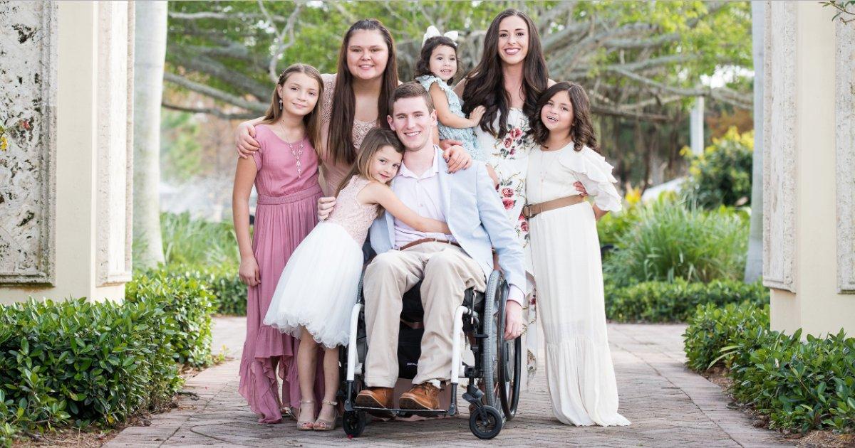 featured image 49.png?resize=412,232 - Un homme paralysé à cause d'une blessure au football a adopté cinq filles après avoir épousé l'amour de sa vie