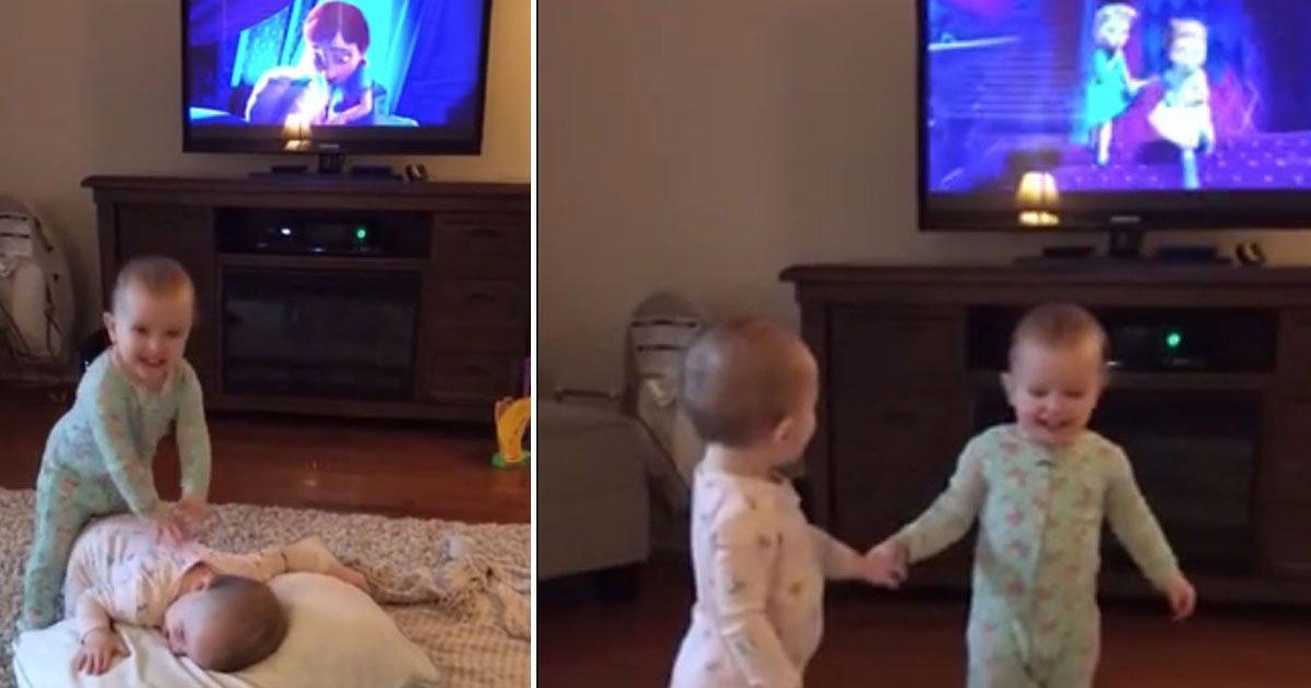 twins recreate frozen scene.jpg?resize=412,232 - Twins Reenacted A Scene From Their Favourite Movie 'Frozen'