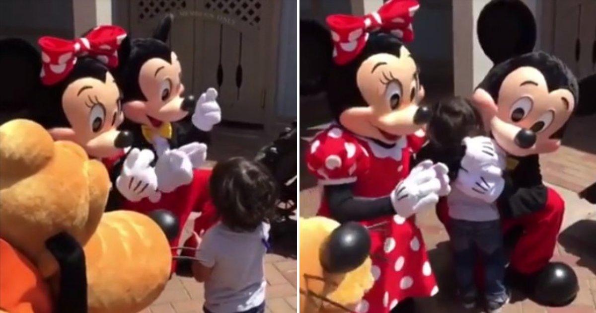 untitled design 15.png?resize=412,232 - Mickey et Minnie surprennent un jeune garçon sourd en parlant le langage des signes