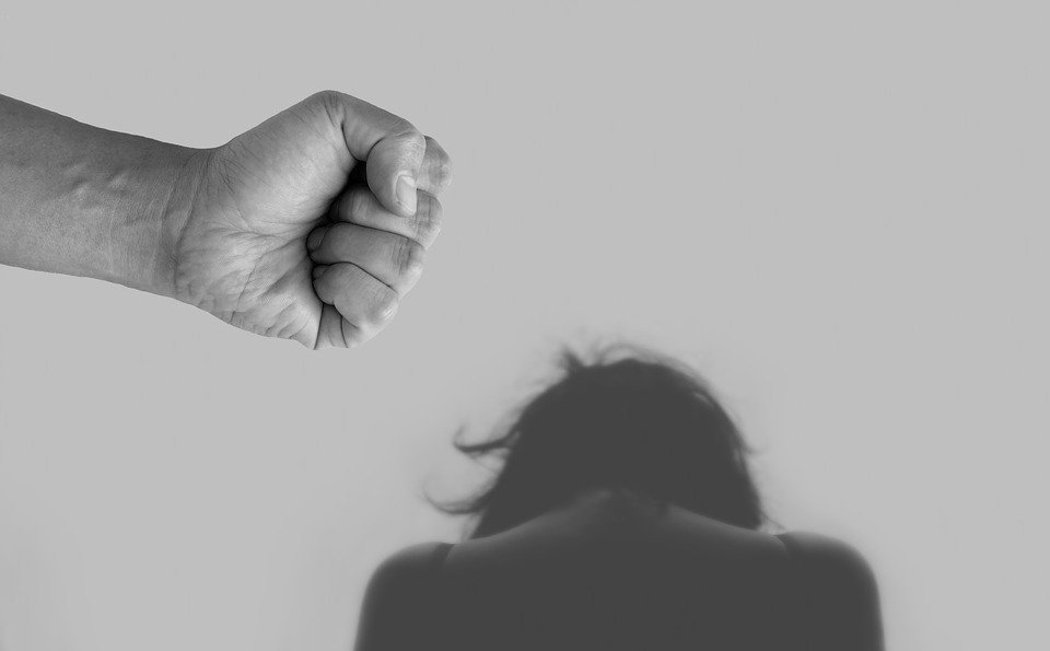 violence against women 4209778 960 720 1.jpg?resize=412,232 - Une femme de 29 ans se fait assasiner à coups de marteau par son mari