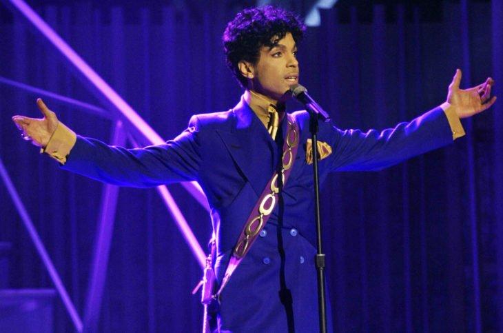 prince en traje púrpura