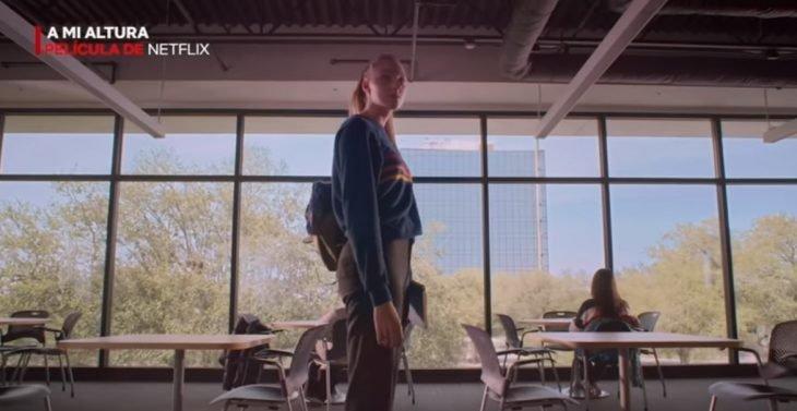 Chica en una cafetería, escena de la película original de Netflix A mi altura