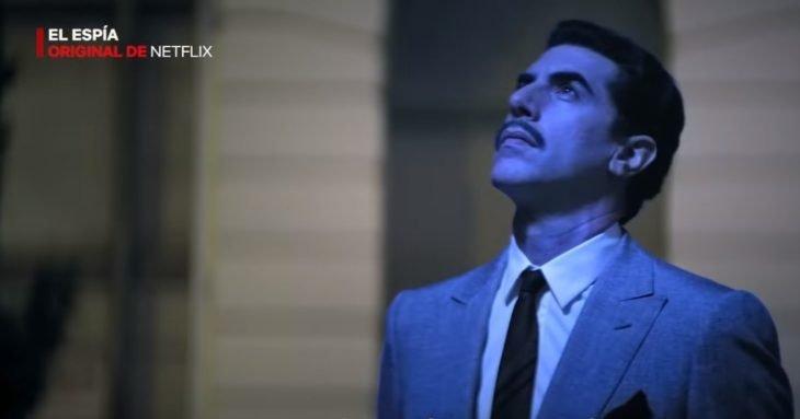 Hombre mirando hacia el cielo, escena de la película El espía, origina de Netflix