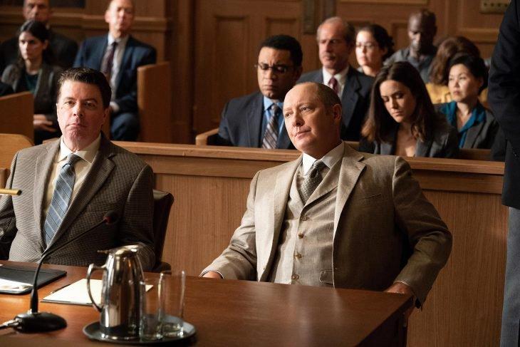 Hombre sentado frente a un juez en el juzgado, escena de la serie The Blacklist