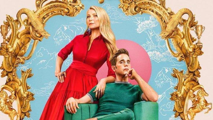 Hombre sentado en una silla verde y una mujer recostada a su lado, escena promocional de la serie The Politician